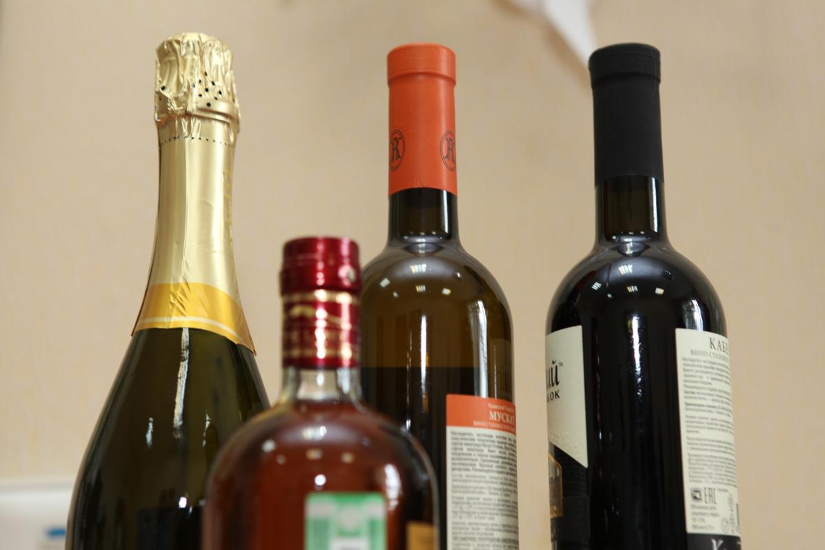 Магазины, кафе и аптеки проверяют на наличие контрафактного алкоголя