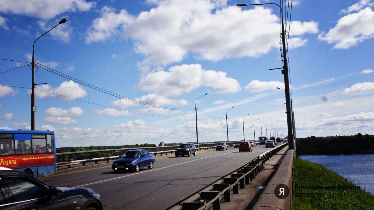 В Ярославле на Октябрьском мосту образовалась пробка из-за ДТП