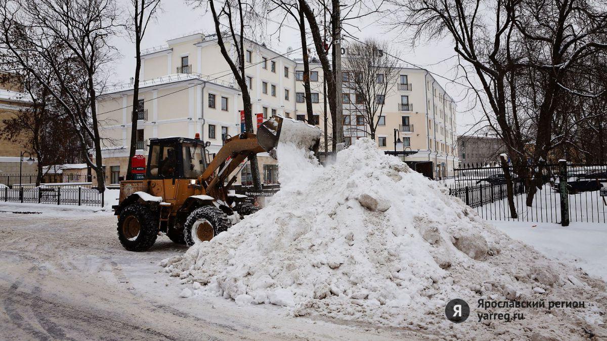 Убрать снежные валы в Ярославле мешают автомобили