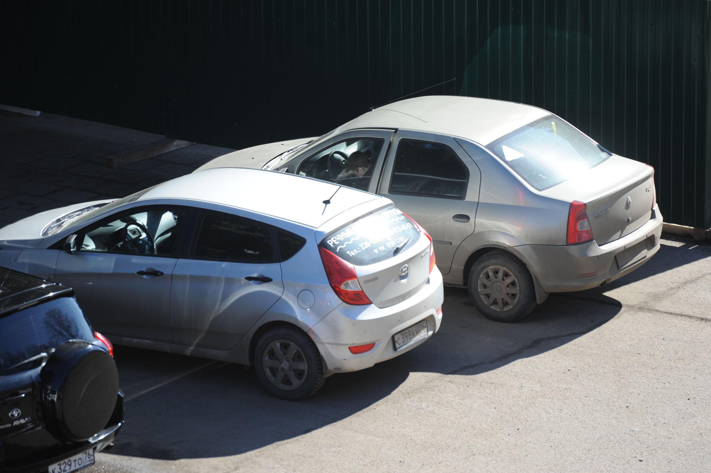 В Ярославле женщина оставила двух маленьких детей на жаре в запертой машине